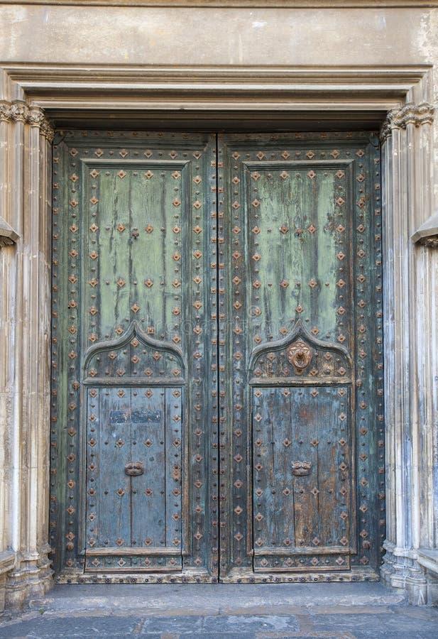 Alte enorme Kirchentür der katholischen Kirche stockfotografie