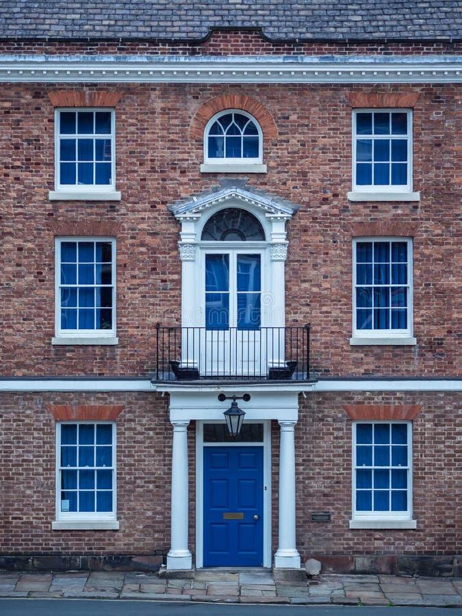 Alte europäische Ziegelsteinfassade mit Fenstern und Spalten in einem symmetrischen lizenzfreie stockbilder