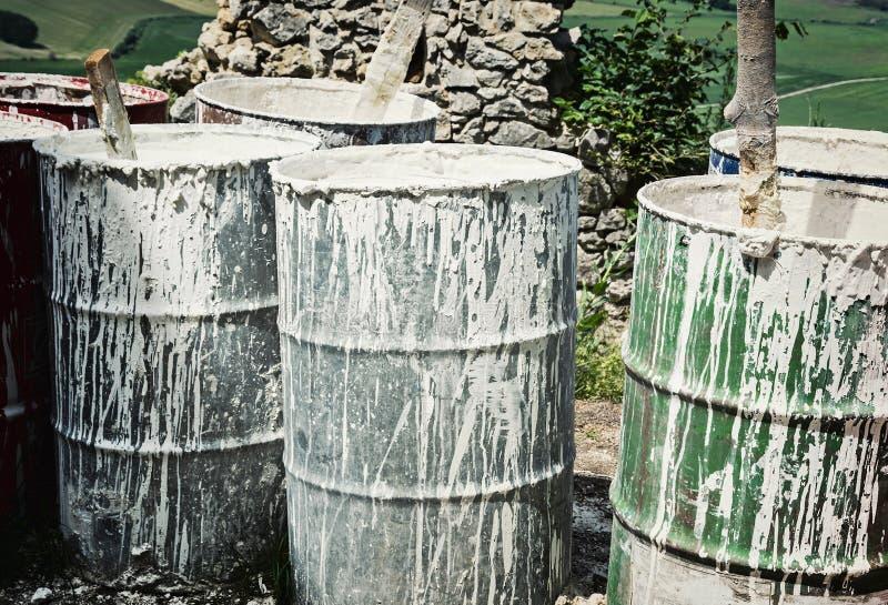 Alte Fässer mit weißer Farbe lizenzfreie stockbilder