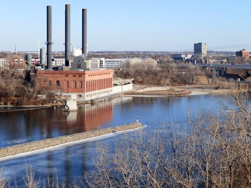 Alte Fabrik durch River lizenzfreies stockbild