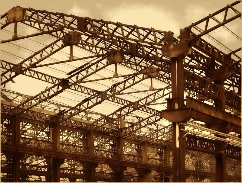Alte Fabrik-Hallen im Zerfall lizenzfreie stockbilder
