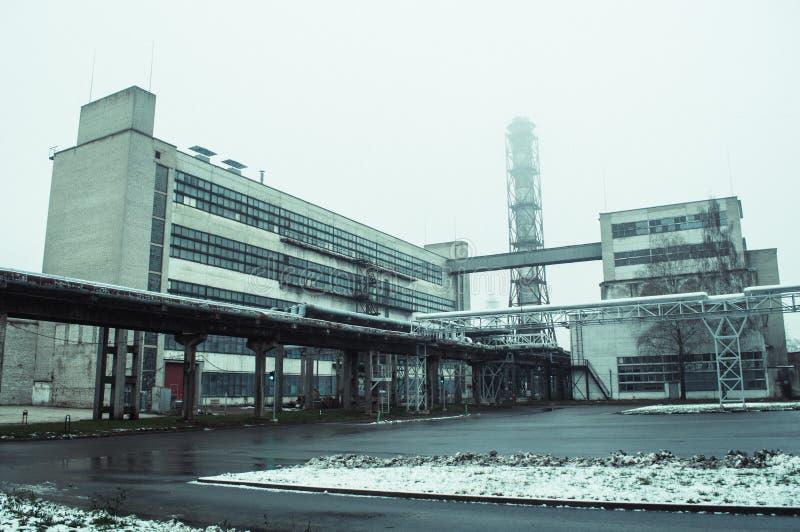 Alte Fabrikansicht vom Boden stockbild