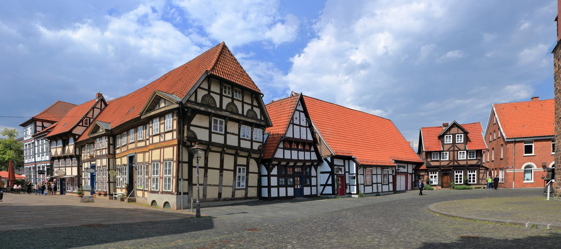 Alte Fachwerkhäuser am Kathedralen-Quadrat von Nienburg auf dem Weser, Niedersachsen, Deutschland lizenzfreie stockfotos