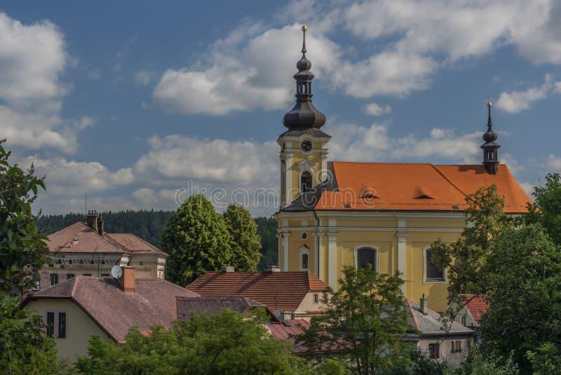 Alte Farbkirche mit rotem Dach in Pecka-Stadt am sonnigen Tag des heißen Sommers stockfoto