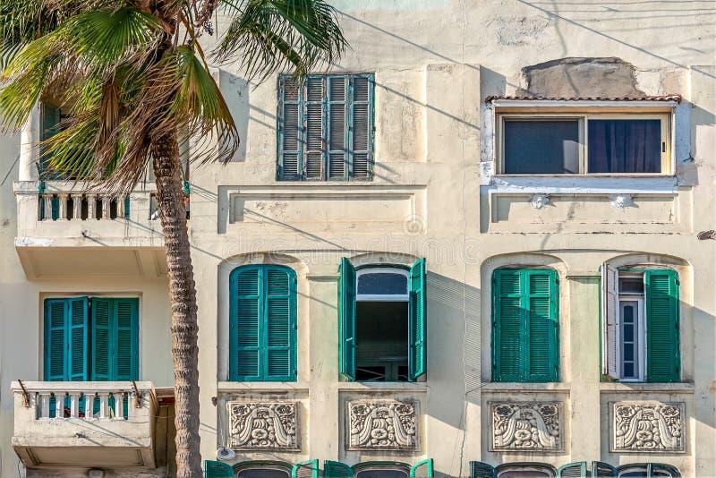 Alte Fassade mit hölzernen Fenstern auf Fenstern in Alexandria stockbild