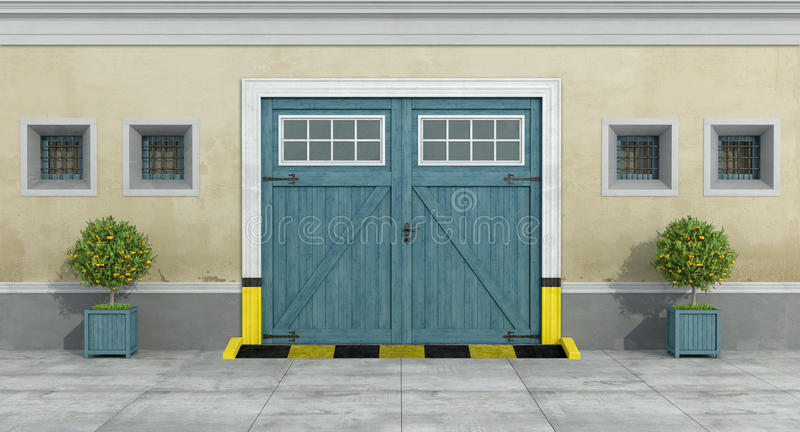 Alte Fassade mit hölzerner Garage des blauen Autos lizenzfreie abbildung