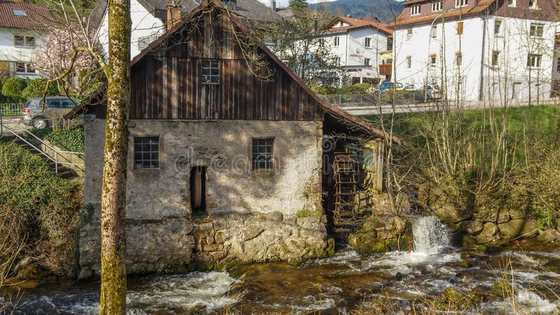 Alte faule Mühle im schwarzen Wald stockbild