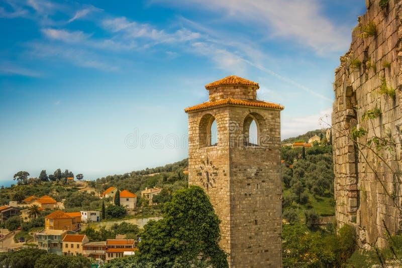 Alte Festung in den Bergen stockbild