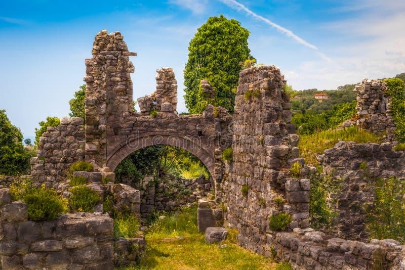 Alte Festung in den Bergen stockfotos