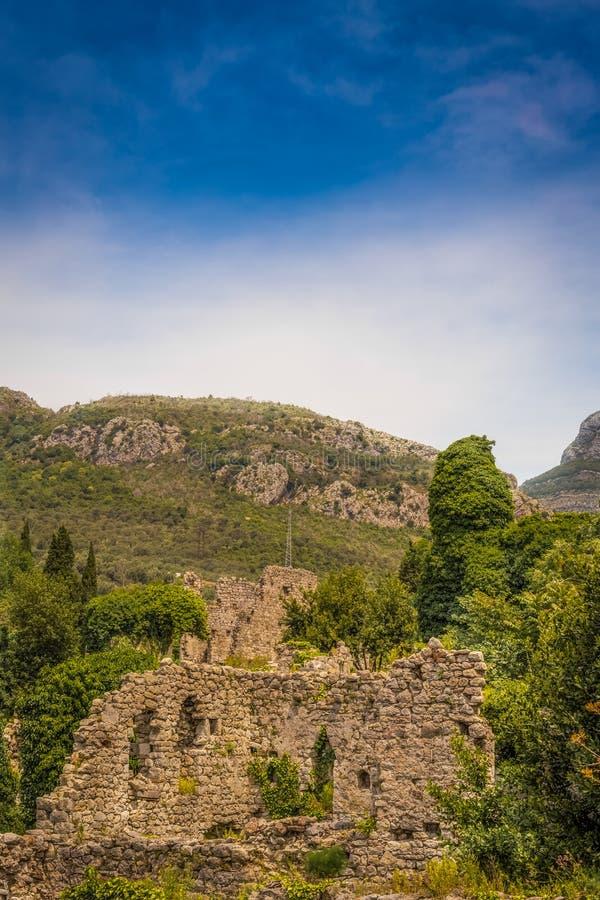 Alte Festung in den Bergen lizenzfreie stockfotografie