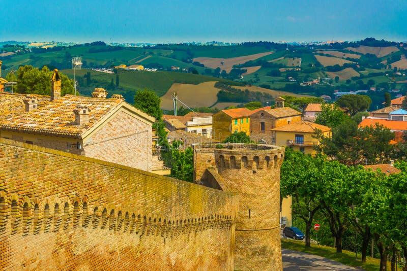 Alte Festung von Corinaldo und eine Ansicht der Landschaft stockbild