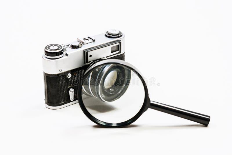 Alte Filmkamera und -lupe Weiße Hintergrund Nahaufnahme lizenzfreies stockfoto