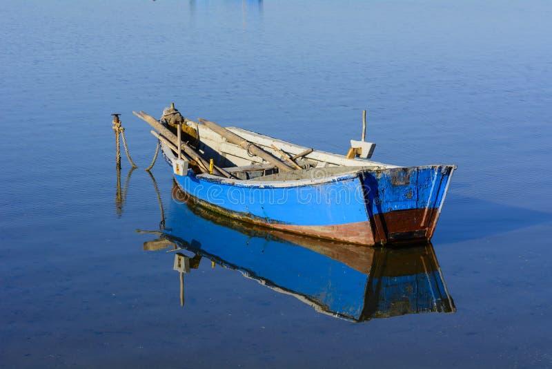 Alte Fischerboote mit hellen Farben an der Dämmerung auf dem See stockfoto