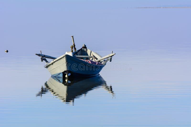 Alte Fischerboote mit hellen Farben an der Dämmerung auf dem See lizenzfreie stockfotografie