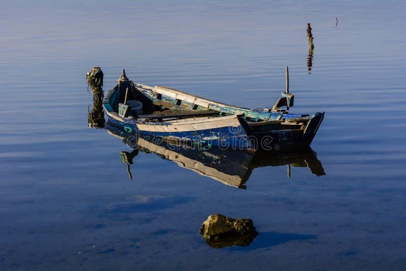 Alte Fischerboote mit hellen Farben an der Dämmerung auf dem See lizenzfreies stockfoto