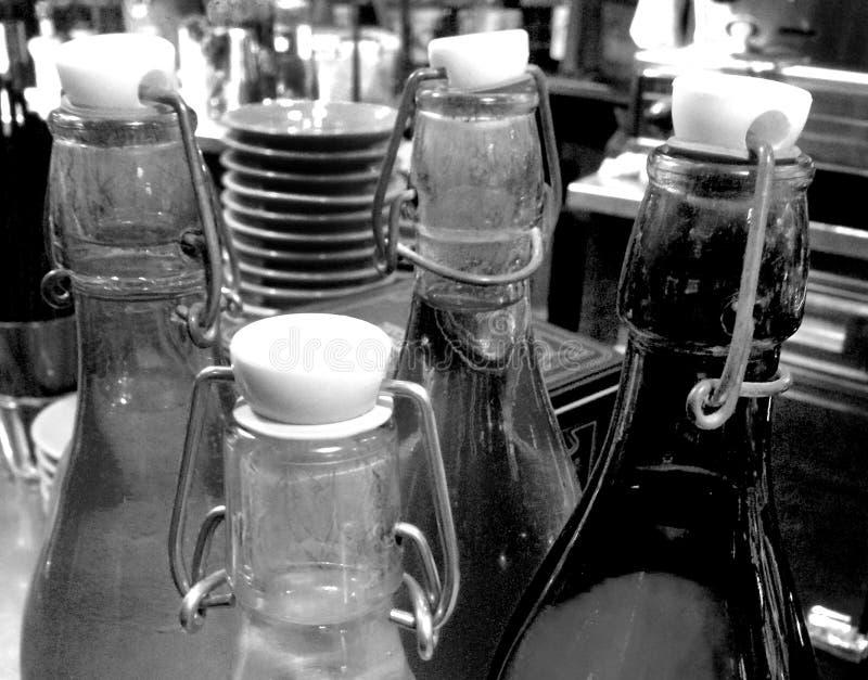 Alte Flasche in einer Stange lizenzfreie stockbilder