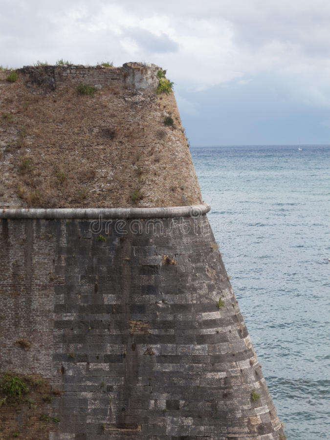Alte Fortecken-Schlossbacksteinmauer stockfoto