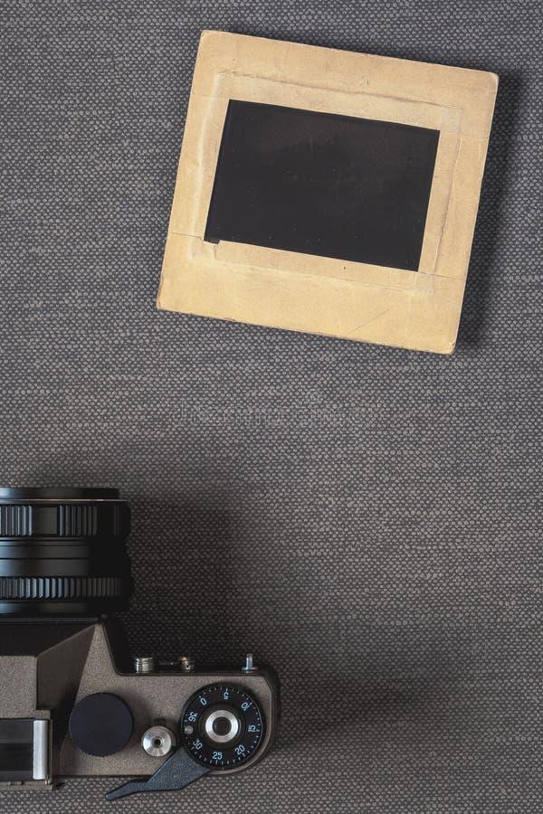 Alte Fotokamera und -negativ in einem Papierrahmen lizenzfreie stockbilder