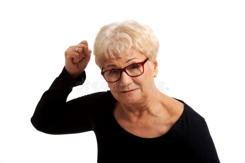 Alte Frau Attractvie mit den geschlossenen Fäusten. stockfotografie