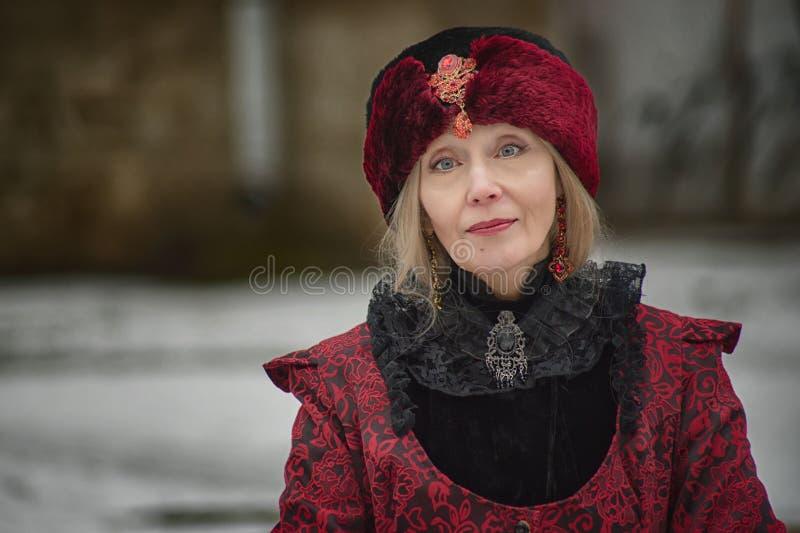 Alte Frau in der alten Kleidung lizenzfreie stockbilder