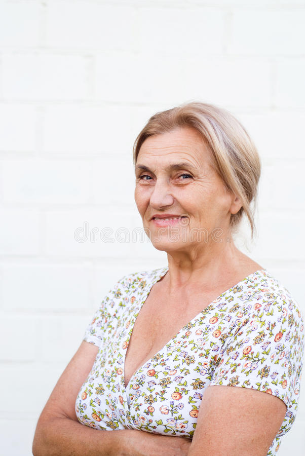 Alte Frau an der Wand lizenzfreie stockbilder