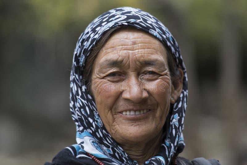 Alte Frau des Porträts auf der Straße in Leh, Ladakh Indien stockfoto