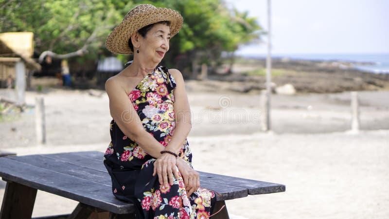 Alte Frau, die das Meer aufpasst lizenzfreies stockfoto