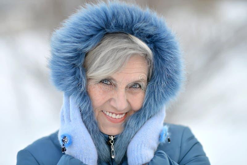 Alte Frau im Winter stockfoto