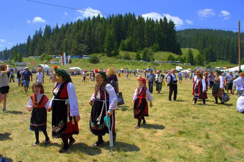 Alte Frauen in den bulgarischen authentischen Kleidern stockfotos