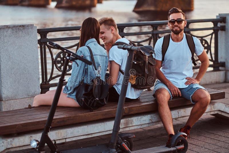 Alte friengs Thee sitzen auf der Bank am Flussufer stockfotografie