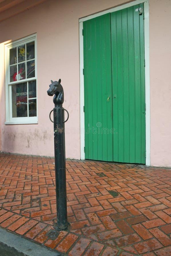 Alte frisch gemalte Türen und einhängender Beitrag des Pferdekopfs im französischen Viertel nahe Bourbon-Straße in New Orleans, L stockfotos
