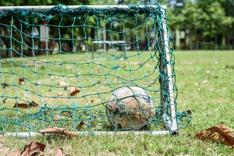 Alte Fußballkugel lizenzfreie stockfotografie
