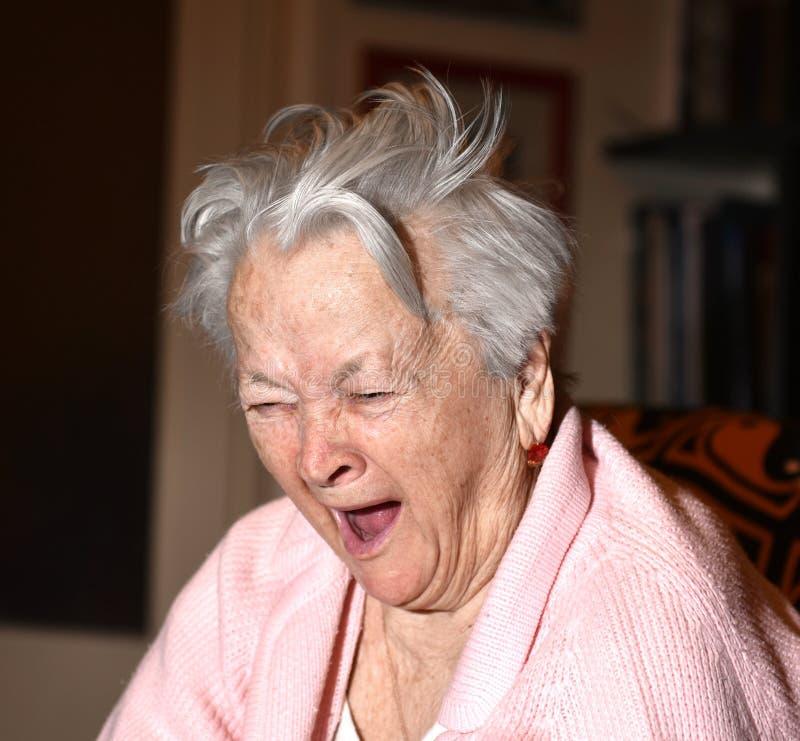 Alte gähnende Frau lizenzfreie stockfotos