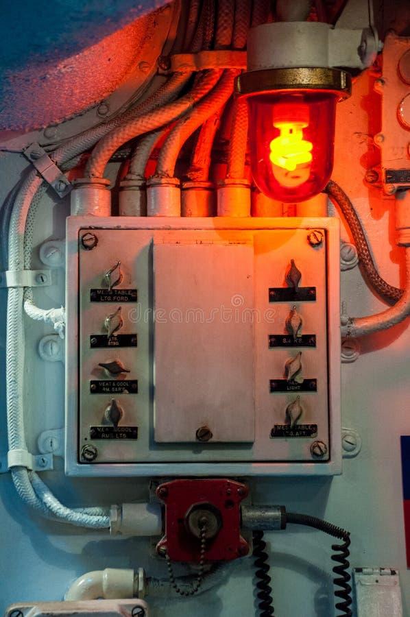 Alte Gänge und swiches innerhalb des Unterseeboots lizenzfreie stockfotos