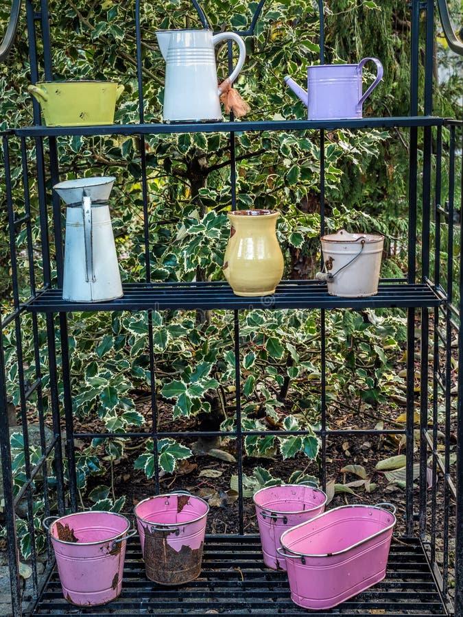 Alte Gartengeräte benutzt als Dekorationen stockfoto