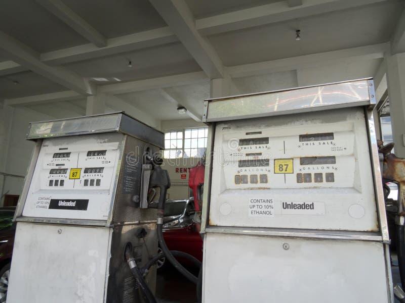 Alte Gas-Pumpe nicht verbleit im Gebäude lizenzfreie stockfotografie