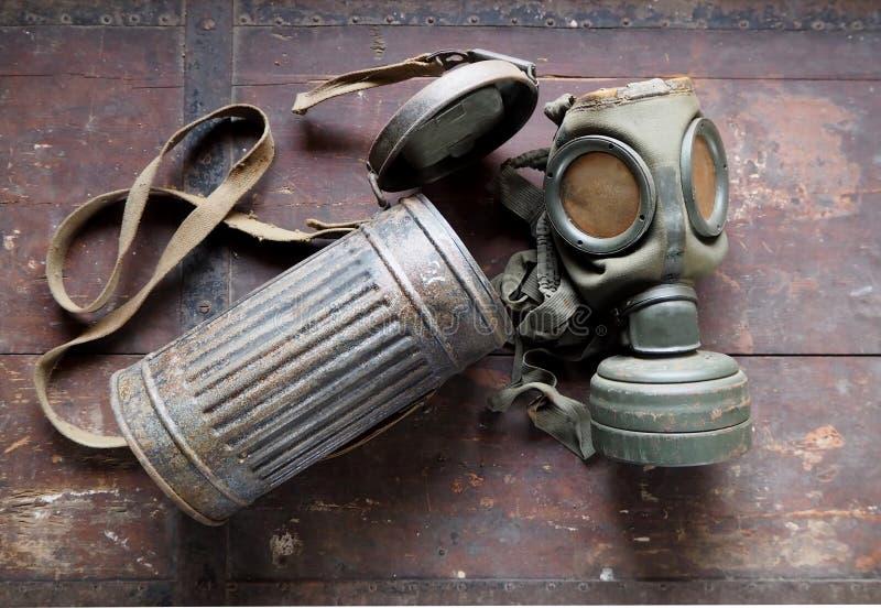 Alte Gasmaske der deutschen Armee mit seinem Behälter, benutzt während des zweiten Weltkriegs stockfotos