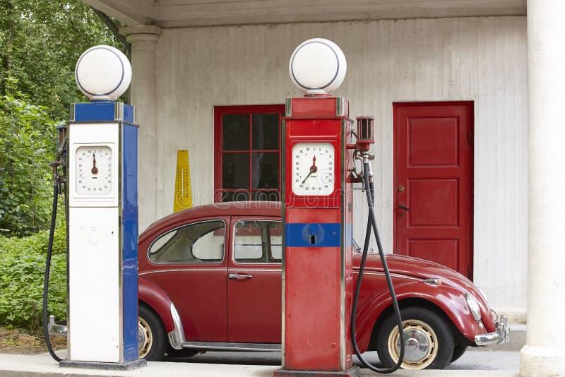 Alte Gastankstelle Tanksäule- und Antikenkäferauto stockfoto