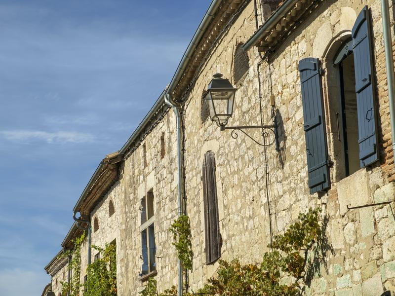 Alte Gebäude in malerischen Tournon d'Agenais, Lot et et Garonne, Frankreich stockbild