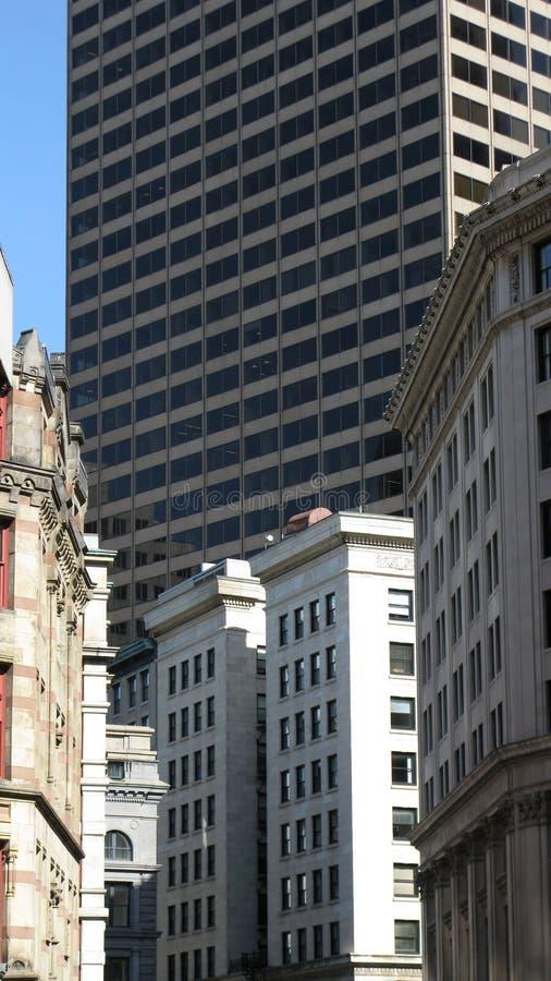 Alte Gebäude und Wolkenkratzer stockbild
