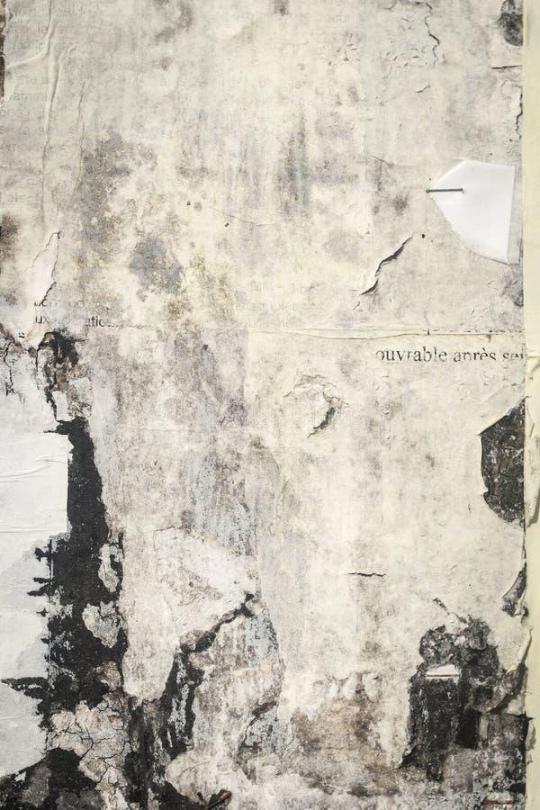 Alte gebrochene Anschlagbrettwand mit Resten Papier, weißes grung lizenzfreie stockfotos