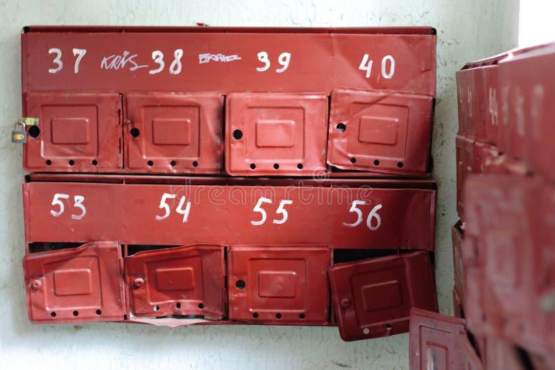 Alte gebrochene Briefkästen im Eingang des Wohngebäudes stockbild