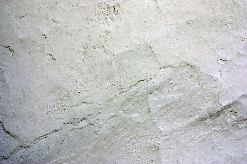 Alte gebrochene rehabilitierte Wand des Zweig- und Fleckhauses Abschluss oben stockbild