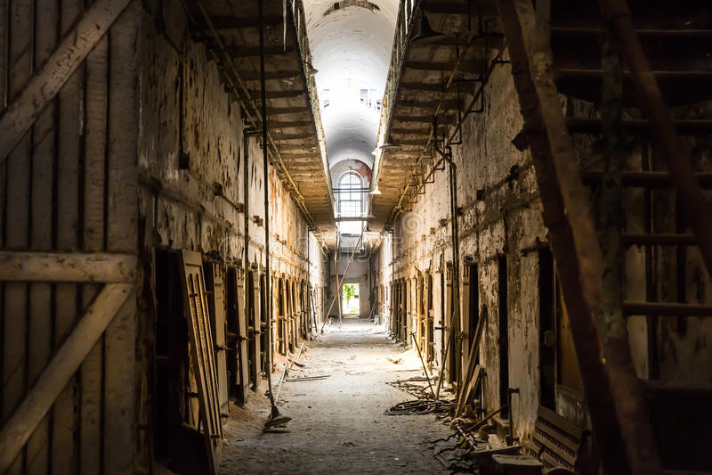 Alte Gefängnisdunkelheitshalle lizenzfreies stockfoto