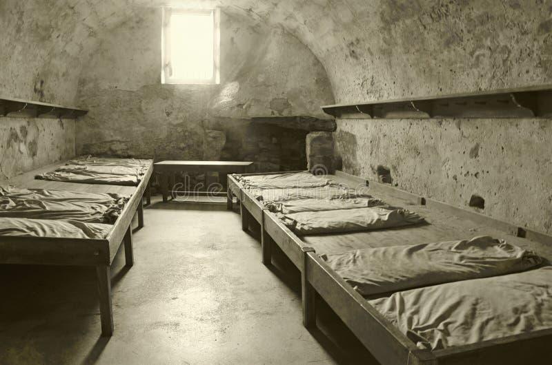 Alte Gefängniszelle stockbild