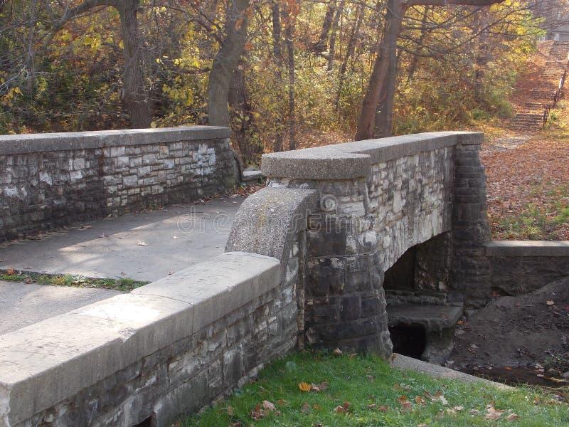 Alte gehende Brücke im Herbst stockfotos