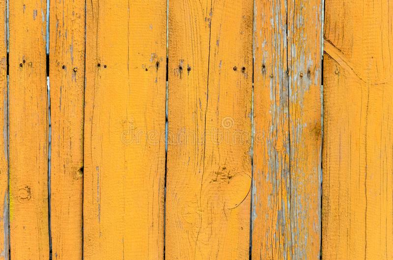 Alte gelbe h?lzerne Wand mit gebrochener Farbenschicht, ausf?hrliche Hintergrundfotobeschaffenheit stockfotos