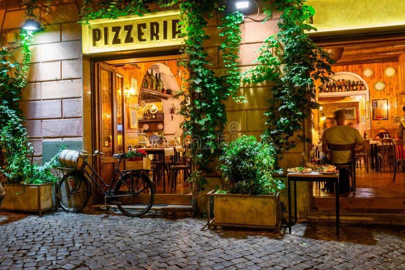 Alte gemütliche Straße nachts in Trastevere, Rom lizenzfreie stockfotos