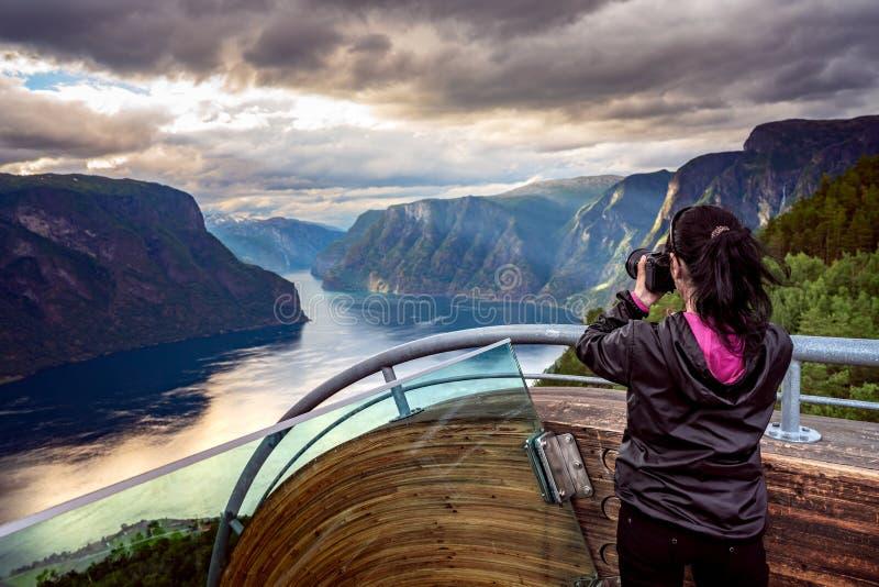Alte genießende nehmende Fünfjahresfotographien Stegastein-Ausblick stockfoto