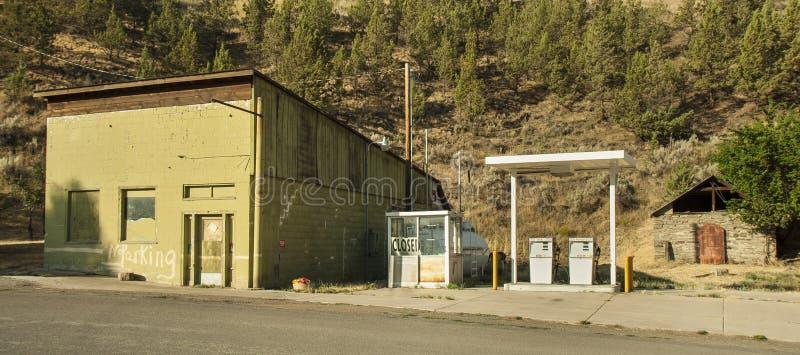Alte geschlossene Tankstelle durch die Straße nahe Mitchell lizenzfreie stockbilder